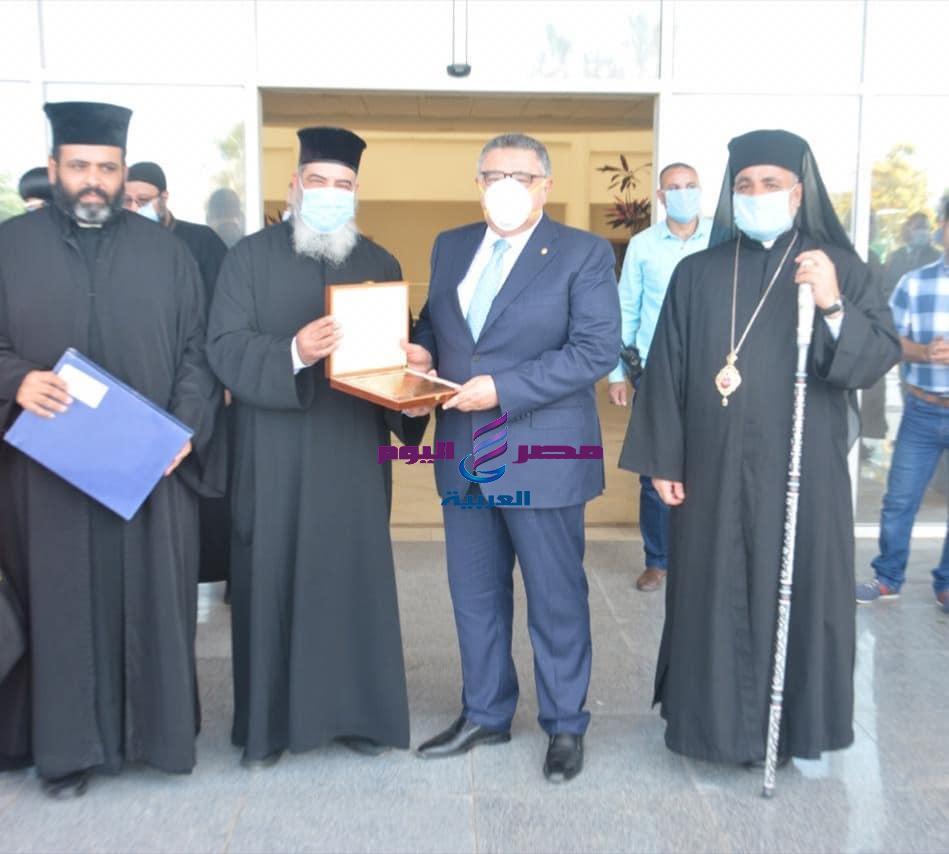 وفد من رجال الدين المسيحي يهنئ محافظ البحر الأحمر بعيد الفطر