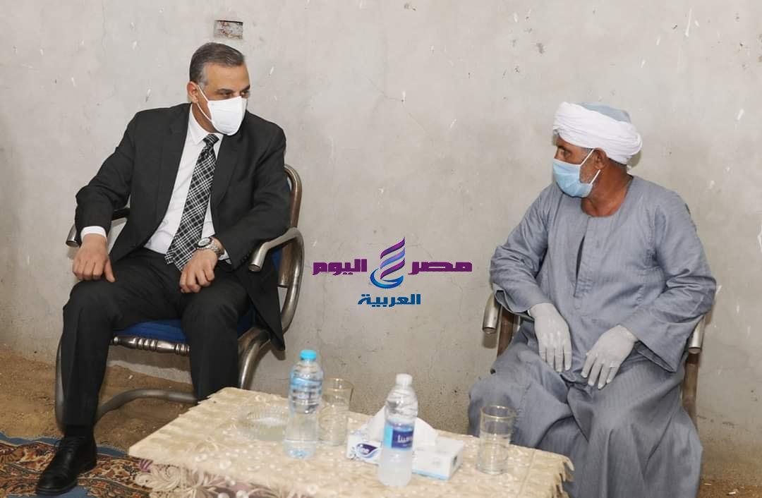محافظ سوهاج يؤدي واجب العزاء لأسرة الشهيد محمد كمال بجهينة الغربية | محافظ سوهاج