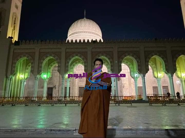 سامح حسين و سهر الصايغ يؤديان صلاة الفجر بمسجد السيد أحمد البدوي بطنطا.
