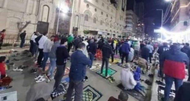 لن تراها إلا فى مصر.. مسلمون يصلون التراويح أمام كنيسة القديسين فى الأسكندرية. | مسلمون