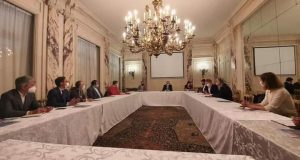 سفير مصر في باريس يلتقي ممثلي شركات السياحة الفرنسية