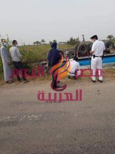 إنقلاب سيارة محملة بمواد بترولية بالطريق الدولى دون خسائر