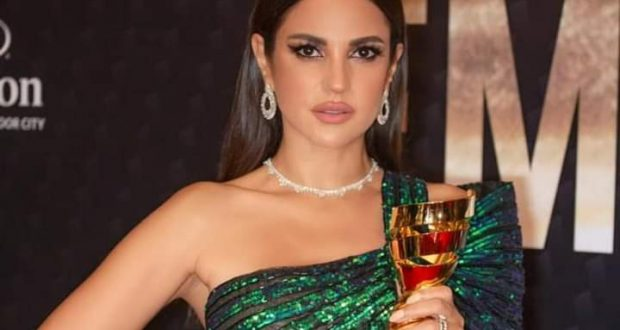 شاهد بالصور: درة تفوز بجائزة أيقونة الموضة العربية من دبي وتنتظر عرض فيلمها الجديد الكاهن | أيقونة الموضة العربية