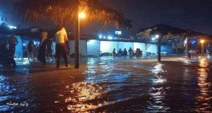 أمواج البحر تغرق خيام المواطنين على شاطئ المنطقة الوسطى في قطاع غزة   أمواج البحر تغرق خيام المواطنين