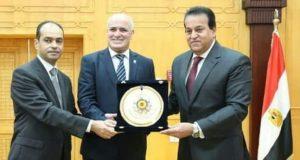 وزير التعليم العالي يكرم الأستاذ الدكتور أحمد جابر شديد رئيس جامعة الفيوم | وزير