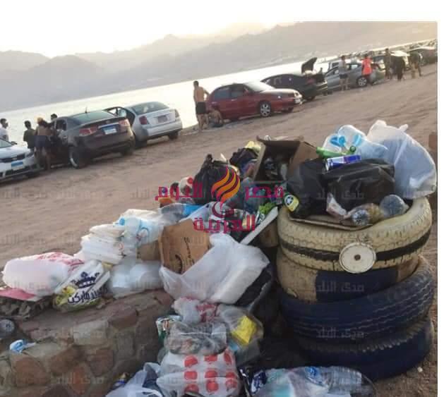 انتشار القمامة في العديد من الأماكن في دهب نتيجة الأعداد الكبيرة من السياحة المصرية  