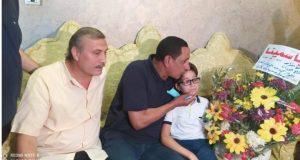 رئيس مركز ومدينة المحله الكبرى يقدم باقه ورد للطفل زياد | زياد