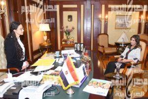 """وزارة الهجرة..فتاة مصرية تتقلد منصب وزيرة الهجرة لمدة يوم ضمن مبادرة """"فتيات في أدوار قيادية""""  """