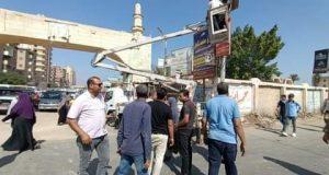 رئيس مدينة دسوق يتصدى للإعلانات العشوائية بإزالتها. |
